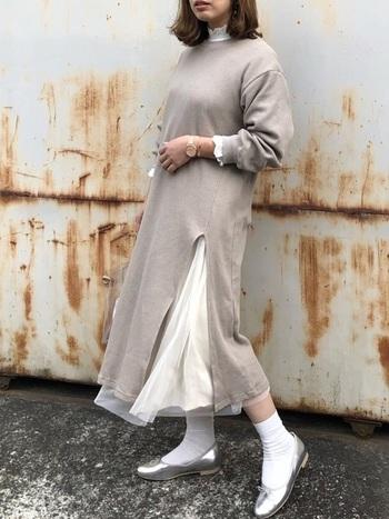 【冬コーデ】  まだ1枚で着られない季節には、ワンピースを重ねて、ブラウスの可愛い襟と袖をちらりと覗かせて♪インナーも靴下もブラウスと同じ白で統一すれば、防寒面もばっちりの春を感じるワンピースコーデになりますよ♪
