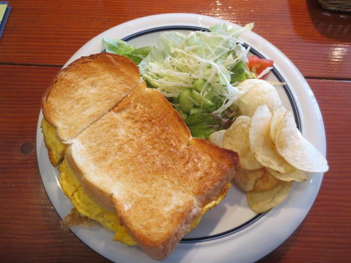 こちらはオムレツのトーストサンド。ボリューム満点です!