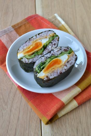 卵とキュウリの色合いが鮮やかなおにぎらず。ぜひカットした断面を見せて盛り付けましょう。雑穀ご飯を使っているので 栄養もばっちり。