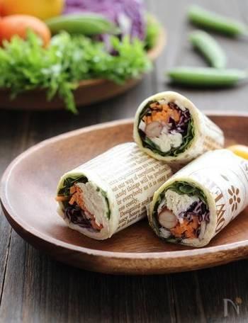 トルティーヤにチキンと野菜をくるくると巻くだけで、見た目華やかなラップサンドが完成。ピクニックなどに持って行く時は、ワックスペーパーにくるむと、ぐっとオシャレになりますよ。