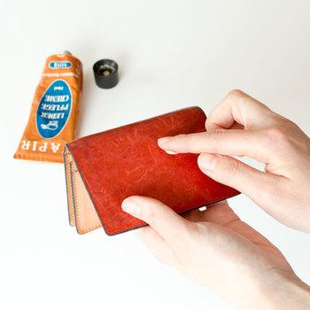 ブラシで汚れを払ったら、綺麗なやわらかい布に革用のオイルを取ります。財布くらいの小物なら、1円玉くらいの量で十分です。円を描くようにすると、手早く綺麗に全体に塗り広げることができます。付けすぎるとシミになるので、パッケージに記載がある適量を守りましょう。