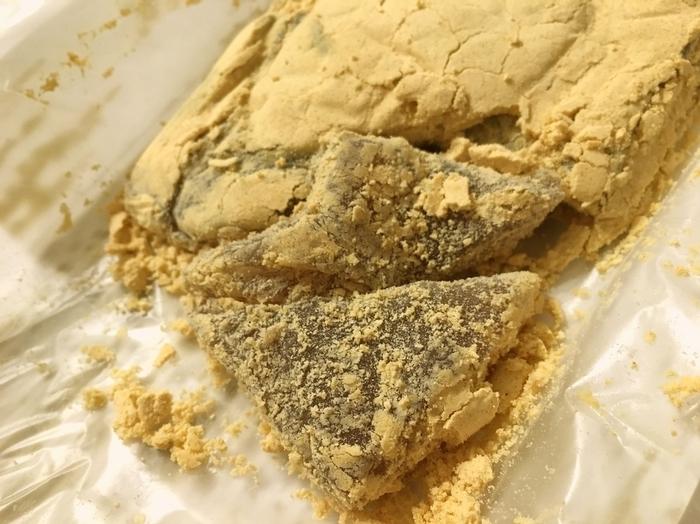 """二つの中でも人気が高いのが『久寿もち』です。 """"くずもち""""と言っても、先に紹介した「船橋屋」の『くず餅』とは、原料も製法も違い、食味も味わいも丸っきり異なります。  「長門」の餅は、""""わらび粉""""を用い、熱を入れながら丹念に練り上げているため透明感があり、食味は関西の""""わらび餅""""に近く、ふんわりと柔らか。たっぷりとまぶしてある黄粉は、風味豊かで、柔らかな食感の餅と良く合います。 【『久寿もち』の賞味期限は2日間】"""