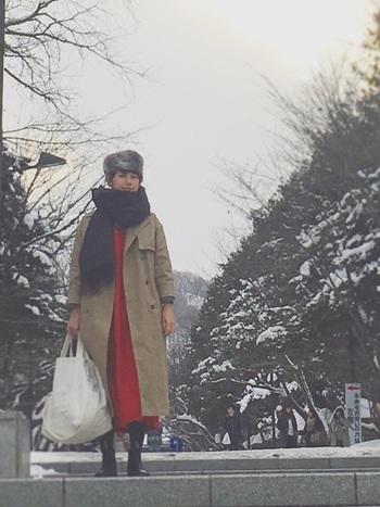 【冬コーデ】  コートの下でも存在感抜群な赤のワンピースは、白のビッグサイズのバッグを合わせて中和させましょう。マフラーや帽子で防寒対策もしっかりと。