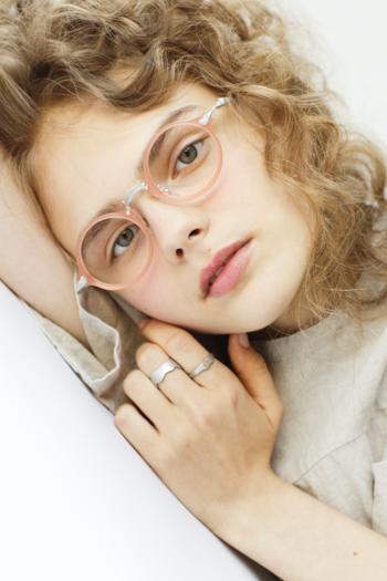 眺めるだけでも心が豊かになる、樹脂と彫金が織り成す美しい眼鏡。  デザインユニット「kikiki optique」が生み出す眼鏡です。小幡泰久さん、夕起子さんという、柔らかい雰囲気のご夫婦が手がけられており、「普段の生活の中に潜む魅力を拾い上げ形にする」をコンセプトに掲げておられます。