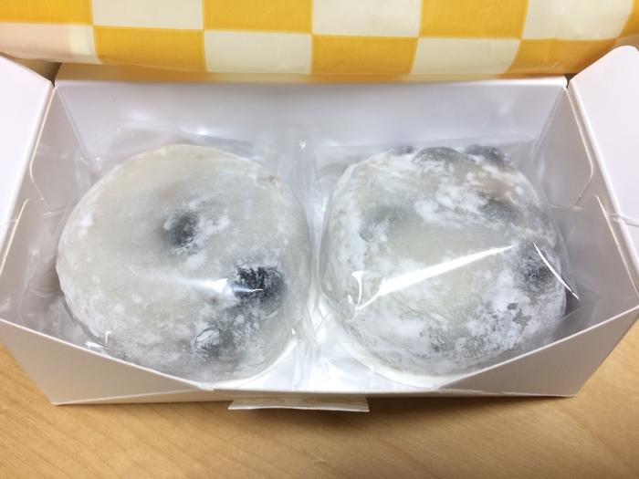 """「榮太樓總本鋪」で生和菓子なら『黒豆大福』も人気でお勧め。 榮太郎の大福は、ふんわりと柔らかなのに、""""歯切れの良さ""""があるのが特徴的。適度な厚みがあるので食べごたえもあります。食感の程よい黒豆との相性も良く、中にたっぷりと詰まった""""つぶ餡""""も、上品で美味しいと評判です。 【消費期限は、製造日翌日まで】"""