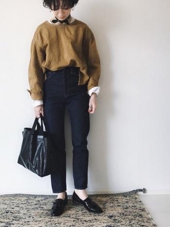 【春コーデ】  アースカラーが綺麗なシャツは、インナーに白いロンTを重ねて際立たせ、メリハリ感を出しましょう。他はすべて黒でコーディネートすれば、シックな春コーデの完成です。