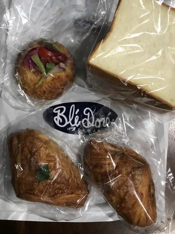 地元で人気のパン店「ブレドール」の食パンも食感しっかり目で好評!持ち帰って翌日の朝食にもいいですね♪鎌倉野菜たっぷりのカレーパンも見た目も可愛くおいしいです◎