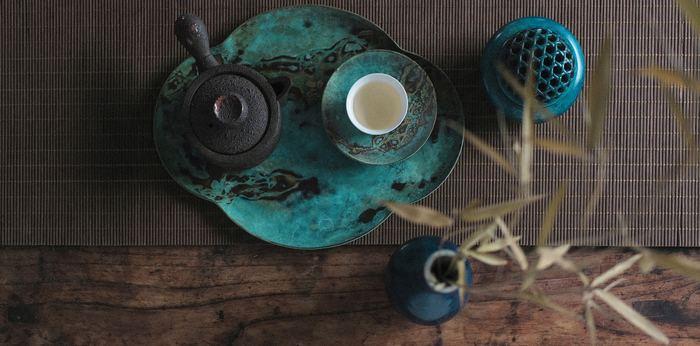 和菓子が親しまれているのと同じ理由で、石川県では茶道をたしなむ人の多さが全国でもトップクラスです。金沢には、茶屋街もいくつか昔の佇まいを残しています。そんなお茶をはじめとした、金沢のおみやげとしておすすめしたい飲み物ギフトをご紹介します。