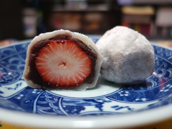 「翠江堂」の『苺大福』の特筆すべきは、特大の苺とこし餡、餅生地とのバランス。 時期によって仕入先を変える苺は、質良く、大きさも見事。小豆餡は、甘さが控え目の自家製こし餡。餅生地は、実に柔らか。果汁をたっぷり含んだ苺と、滋味豊かな小豆餡、旨味のある餅生地が三位一体となった味わいは、天にも昇る美味しさです。