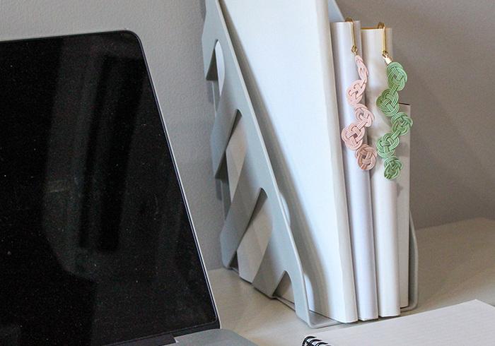 水引とは、和紙のこよりに水糊をたくさんつけて、引っ張りながら固めた細い飾り紐のことです。金沢では「加賀水引」という水引が伝統工芸として残っており、お祝いごとだけでなく普段も使える素敵な雑貨やアクセサリーがセレクトショップなどで販売されています。