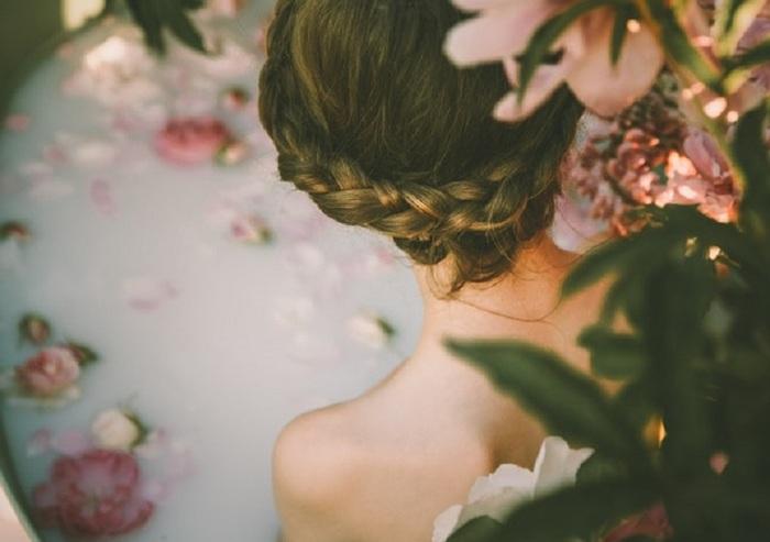 お風呂に入るときに、入浴剤を入れる方は多くいるのではないでしょうか。そこに花びらをさっと散らすだけで視覚的にもリラックス効果が高まり、とても満たされた気分になります。今はドライフラワー入りのバスソルトなども売られているので、気軽に試してみては?生花はちょっと、という場合は、造花にアロマオイルを数滴たらして浮かべるのもおすすめです。