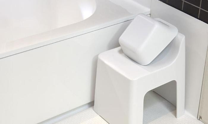 バスグッズの中で一番場所を取るのは、椅子と風呂桶。コンパクトでありつつ、使いやすさも重視したデザインが理想的ですよね。バスグッズのブランド【RETTO(レットー)】の椅子と桶は、浴室の角に収まりやすいスクエア型。座面が高めに設計された椅子は動作が楽で、絶妙な角度の背もたれが体を支えてくれます。