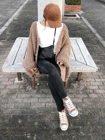 シンプルでやさしい雰囲気のコーデュロイのキャップは、女性にも挑戦しやすいアイテムです。アウターとキャップ、スニーカーを同系色でまとめると、カジュアルなのにどこか上品な印象になりますね。