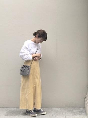 キレイなイエローのコーデュロイスカートには、白のカットソーを合わせて春色コーデに。小物はグレー系でまとめてやさしい印象をアップさせています。