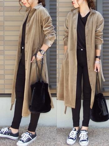 コーデュロイ素材のシャツワンピ。中に着るインナーもパンツも黒でまとめて、縦長のラインを作りスタイリッシュに。