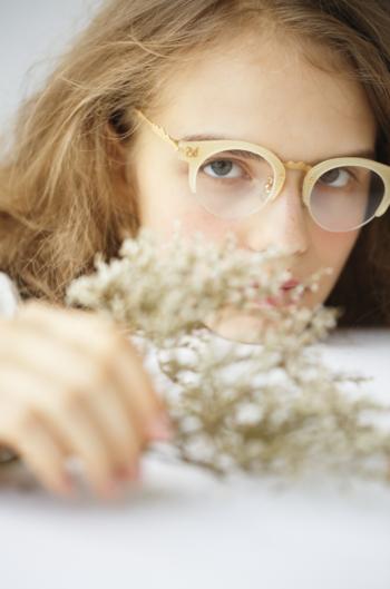 それでは、早速「kikiki optique」の眼鏡をご紹介したいと思いますが、その前に・・。  「kikiki optique」の眼鏡で、もうひとつチェックしてほしいポイントがあるんです。それは、眼鏡に付けられている名前。