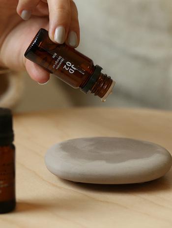 エッセンシャルオイル(精油)とは、自然植物の香り成分を抽出し、高濃度に凝縮した純度100%のエッセンスのこと。フレグランスオイル等の名称で人工的に香り付けしたものとは明確に区別されます。香りの効能によって体調を整えるアロマテラピーに用いることができるのは、エッセンシャルオイル(精油)のみです。購入の際にはラベルをチェックし、合成香料やアルコールなどが混ざったものでないかよく確認してみましょう。
