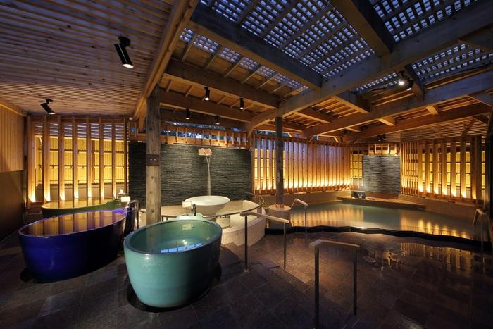 「ホテル万惣」にある大浴場のコンセプトは「温泉リビング」。「壺湯」「寝湯」「シルキー風呂」など、バリエーション豊富で個性的なお風呂が魅力です。さらに、心地よい香りが漂う「アロマミストサウナ」や高温の「ドライサウナ」で汗をかけばスッキリリフレッシュできます。湯上りには、畳敷きで木の香り漂う「湯蔵ラウンジ」でゆっくりとクールダウン。