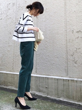 細身のコーデュロイパンツに、丈短めのボーダーカットソーを合わせて足長コーデに。ヒールのパンプスを履けば、さらにスタイルアップを目指せます。