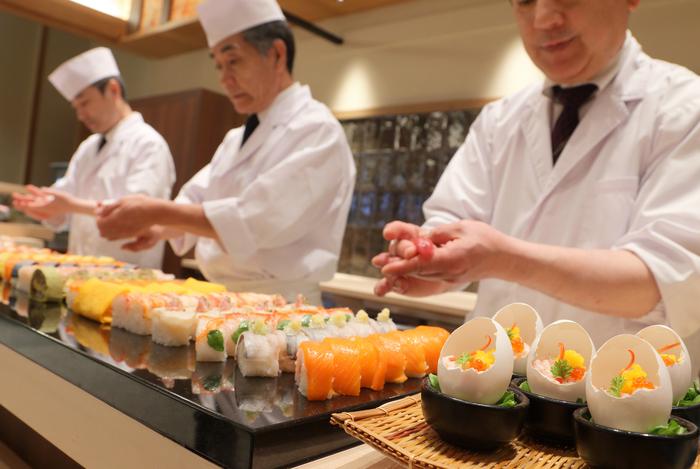 北海道の広大な大地の恵み、そして豊かな海の幸が満喫できる食事を、その場で調理してくれるライブ感あるビュッフェスタイルで楽しめます。季節の新鮮な食材を味わえるから、普段偏りがちな食事で鈍った舌感覚を取り戻せるのでは?