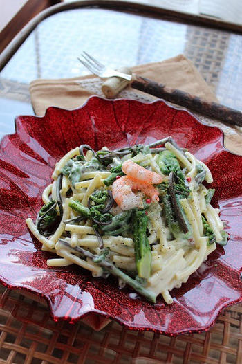 こちらは独特の風味と食感が魅力のタラの芽とこごみを、マカロニと一緒にカルボラーナソースで和えた美味しい冷製パスタ。タラの芽とこごみが入手できたら、さっそく作ってみたい人気レシピです。