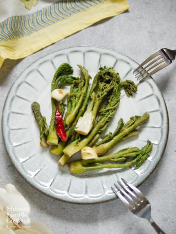 山菜は和食のイメージがありますが、こちらの写真のように見た目もおしゃれな「洋食」にもアレンジできるんですよ◎。 以下のリンク先のページでは、炒めるだけ&和えるだけの美味しい2品が紹介されています。さっそく素敵なレシピを参考に、おしゃれな山菜料理にチャレンジしてみませんか?