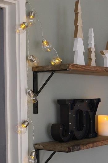 ガーランドライトは、クリスマスシーズンにぴったりのアイテアイテムです。 こちらは電球モチーフが個性的なガーランドライト。ちょっぴりレトロな雰囲気で、お部屋を可愛らしく演出してくれます。
