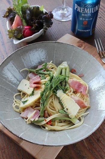 独特の香りとほろ苦さが魅力のタラの芽は、和食だけではなく「パスタ」料理とも相性抜群。旬の食材を使った筍とタラの芽のペペロンチーノは、春の味覚を存分に堪能できる贅沢な一品です。