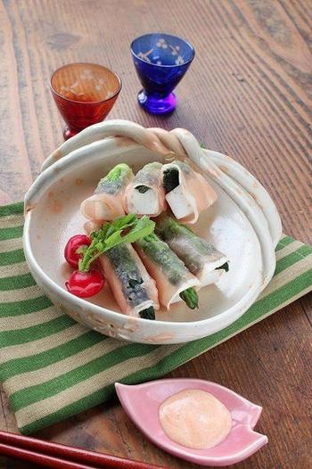 こちらはタラの芽を使った簡単&美味しいおつまみレシピ。熱湯でさっと茹でたタラの芽と、棒状にカットしたはんぺんを生ハムでくるくると巻いたら完成です。見た目もおしゃれなおつまみは普段の食卓はもちろんのこと、おもてなしシーンにもぜひおすすめです。