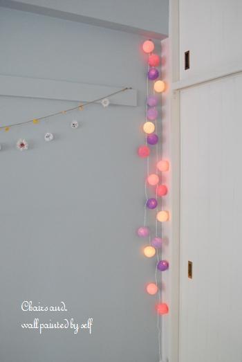 ガーランドライトは、クリスマスに限らず普段使いにもおすすめです。 真っ白な壁に掛けるだけで、インテリアのアクセントに! 子供部屋にはカラフルなタイプのものや、パステルカラーの優しいカラーのガーランドが、とてもよくお似合いです♪ お部屋がぐ~んと、可愛らしい雰囲気に…。