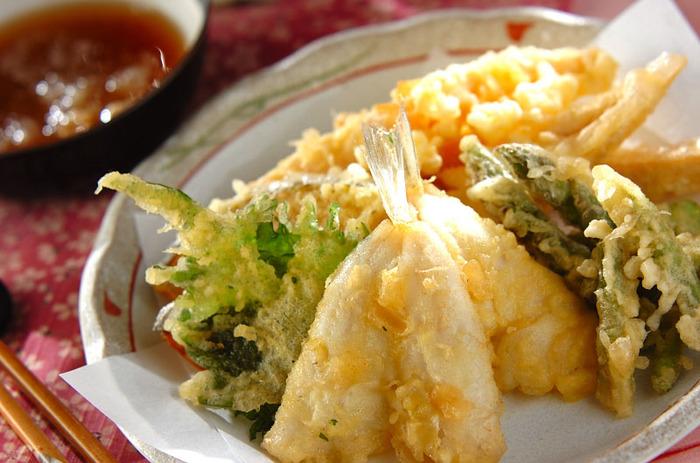 タラの芽をはじめ、筍・グリーンアスパラ・キスなど旬の食材を使った春の天ぷらです。見た目も豪華な天ぷら料理は、春のおもてなしシーンにもぴったり。春らしさを感じる素敵な料理で、食卓を華やかに演出してみませんか?