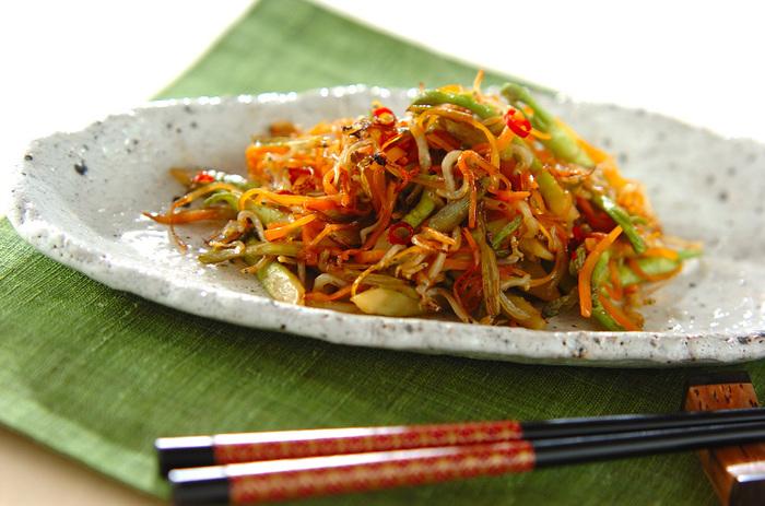 和風の味付けと相性の良いタラの芽は、和食の定番「きんぴら」にも◎。こちらはタラの芽にチリメンジャコと人参を合わせた美味な一品です。ピリリと辛い赤唐辛子の風味もよく、お弁当のおかずにもぜひおすすめです。