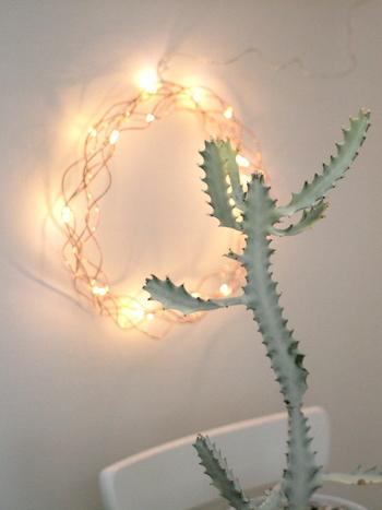 繊細なラインが魅力的なコッパーカラーのワイヤーリースは、灯りをともすと、とても美しく、思わず見とれてしまいそう…。壁にさりげなく飾ると素敵ですね!