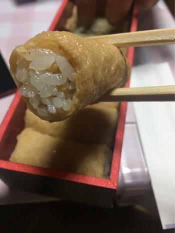 熊本の油揚げ「南関揚げ」を使用しているおいなりさん。お出汁をたっぷりと吸い込んだいなりは、口に入れた瞬間にジュワ~っと幸せが広がります。