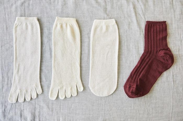 冷えとり靴下セット「PLUTO」。左のシルクの5本指靴下から交互に4足重ねます。「PLUTO」とは、冥王星という意味。冷えとり靴下、シルクのコレクションには、太陽に近づくほど温度が高まる惑星をイメージして名前をつけています