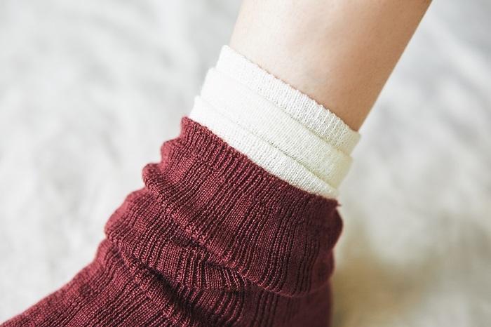 履き口が重ならないように、靴下はそれぞれ異なる長さに。段違いに重なることで、足首を締め付けず、すっきりと見えます