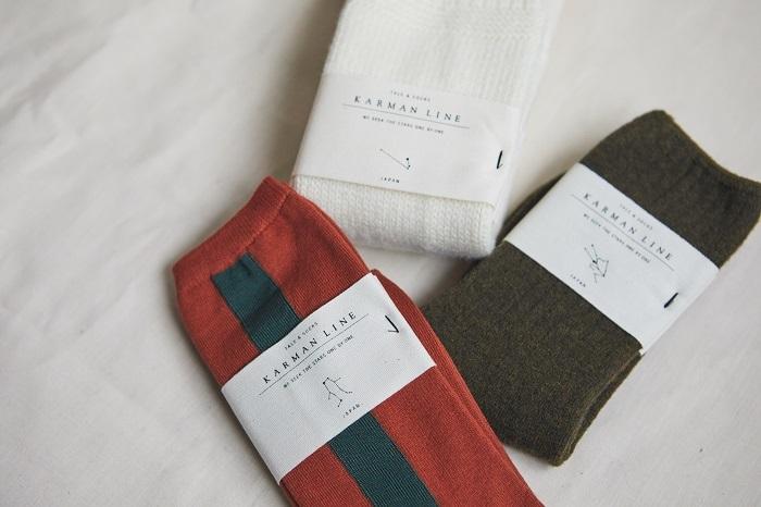 靴下の帯には、ブランドロゴの下に星座が描かれています (オフホワイト)ARIES、(カーキ)TAURUS、(ツートーン)GEMINI