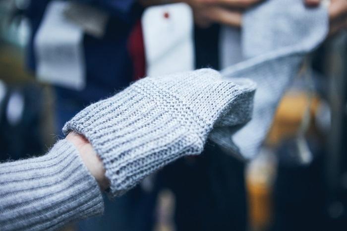 ダブル機という編み機では、複雑な柄も1本の糸から編むことができ、余計な厚みのない生地が生まれます。伸びが良く、ゆったりと履くことができるため、むくみに悩む女性からの支持も多く人気も上がっています