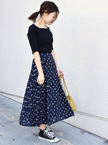 ミモレ丈のフレアスカートは、上品さがあるので、カジュアルなスニーカーなど合わせてもレディな雰囲気を残したコーデが作れます。