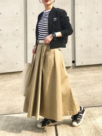 ハリのあるフレアスカートは、メンズライクなアイテムと合わせても◎。クールで可愛い印象に。