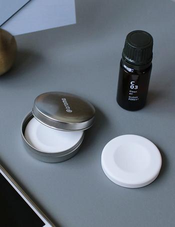手のひらサイズの缶に入ったコンパクトなストーンディフューザーは、おうちではもちろん、出張先や旅先にも携帯することができます。2個セットなので、リフレッシュ用とリラックス用など、いつでも2種類のオイルを使い分けられますよ。