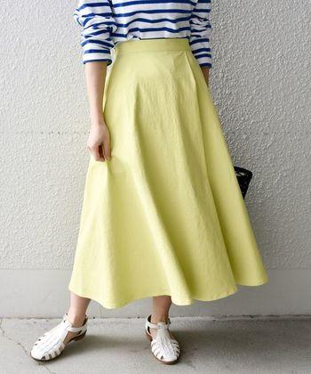今回は、そんな「Aライン」シルエットのコーディネートをフレアスカートとワンピースに分けてご紹介します。