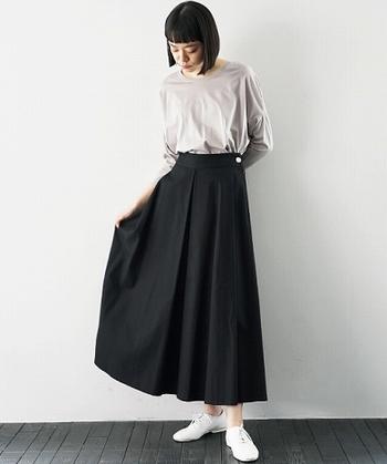 ベーシックで暗めのトーンのコーディネートも、ふわっと広がるスカートだと軽やかさを感じられます。