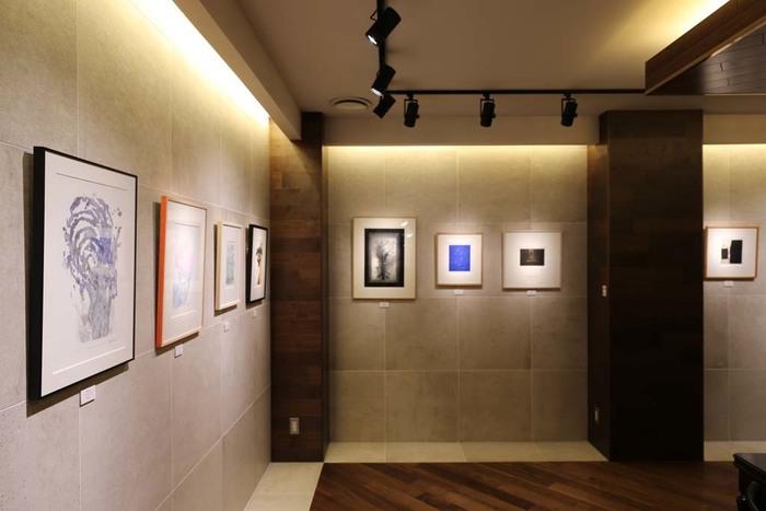 明治創業の画材店の3階に、アートと珈琲を味わうを、コンセプトに誕生した「文房堂ギャラリーカフェ(gallery cafe)」。店内のギャラリーは、美術館のように敷居高く、アート作品が映えるように照明の角度まで丁寧に設計されています。本当に美術館で過ごしているような感覚でアートを鑑賞できるので、ついついカフェであることを忘れてしまいそうです。