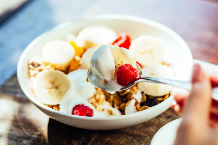 フルーツを添えたグラノーラにたっぷりとヨーグルトをかけたひと品もおすすめです。朝の果物は金と言われるように、フルーツ類は朝から昼にかけて食べたほうがいいんですよ。モーニングタイムは朝7時から開始されます。朝活手帳に素敵なモーニングセットの内容をイラストで描いてみるのも面白そう。