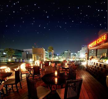 堀江のランドマーク「湊町リバープレイス」にあるカフェと定食のお店。テラス席からは、堀江の夜景が一望できますよ。