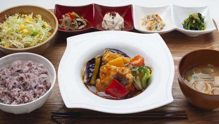 2018年12月にリニューアルオープンしてメニューも一新。一汁六菜のバランスのとれた定食が、楽しめる和定食カフェになりました。