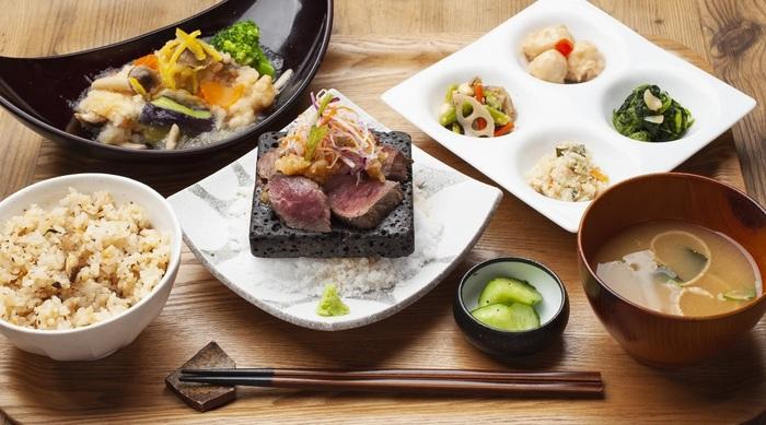 お肉や品数豊富な野菜たっぷりの副菜など、定食は約20種類!ボリュームもあるので、お腹も心も満たされますよ。