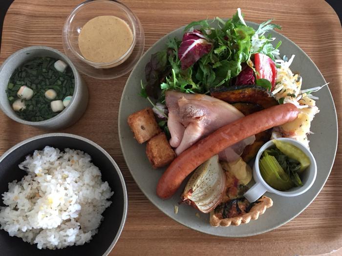 盛り付けが美しいランチの人気メニュー「zuiunプレート 雲」は、約10種類の野菜やお肉、キッシュなど盛りだくさんのデリプレート。いろいろなおかずを少しずつ食べられるのがうれしいいですね。雑穀ご飯とお味噌汁もセットになっていて、ヘルシーでおなかいっぱいになれます。