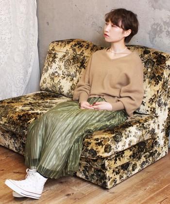 カーキ×ベージュの2色のアースカラーを使ったコーディネートは、光沢感のあるスカートがスタイルにメリハリをプラスしてくれています。また、スニーカーを合わせてカジュアルダウンしたコーデが素敵です。